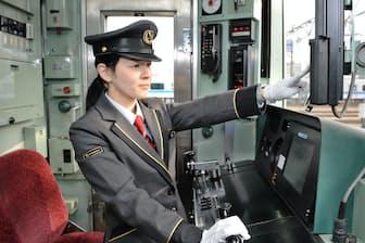 小田急の深沢朝美運転士。入念に出庫前の点検をする(神奈川県海老名市)