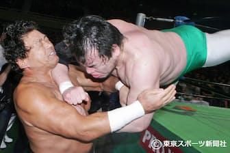 三沢光晴(右)のエルボースイシーダを受ける(2005年11月5日、日本武道館)=東京スポーツ新聞社提供