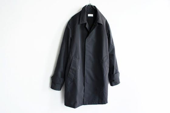 はっ水、透湿、防風性に優れた高機能素材を使用したステンカラーコー?#21462;?#21069;身ごろは スナップ?#22528;駿螭?#27604;翼仕立てになっており、機能的かつ軽やかなデザインに仕上げられている。カジュアルな服装のみならず、スーツとの合わせも妙だ(Post amenities(ポストアメニティーズ)/ Soutien Collar Turncoat / 56,160円税込み)