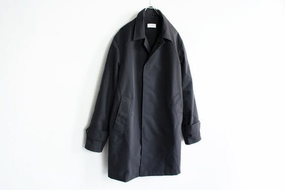 はっ水、透湿、防風性に優れた高機能素材を使用したステンカラーコート。前身ごろは スナップボタンの比翼仕立てになっており、機能的かつ軽やかなデザインに仕上げられている。カジュアルな服装のみならず、スーツとの合わせも妙だ(Post amenities(ポストアメニティーズ)/ Soutien Collar Turncoat / 56,160円税込み)
