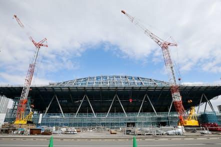 有明体操競技場は地上で作った屋根を持ち上げる手法を採用した(2019年2月12日の報道公開、東京都江東区)