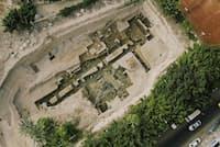 アレクサンドロス大王の時代にまでさかのぼる巨大な建物の基礎壁が、彼にちなんで命名されたエジプトの都市、アレクサンドリアで発掘された。何世紀も埋まったまま忘れられていた遺構だ(PHOTOGRAPH COURTESY NATIONAL GEOGRAPHIC)