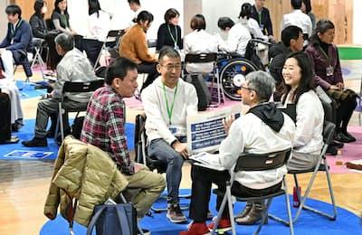 東京五輪・パラリンピックのボランティア応募者向け説明会で面談を受ける人たち(2月9日、東京都千代田区)=共同