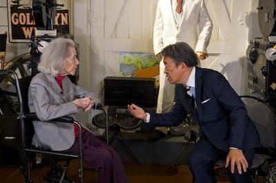 かつてハリウッドで赤狩りを体験したマーシャ・ハントさんにインタビューする池上彰氏(右)=テレビ東京提供