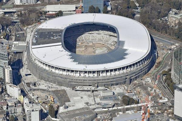 11月末の完成に向けて建設が進む新国立競技場=共同