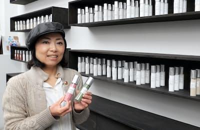 試験管で国内外の塩を販売する田中さん(東京都品川区)