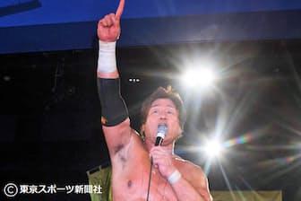 「天龍プロジェクト」旗揚げ戦で勝ち名乗りを上げる(2010年4月19日、新宿FACE)=東京スポーツ新聞社提供