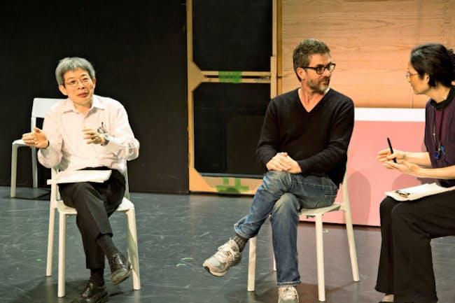 トークイベントでの平田(左)。中央は滞在アーティストでフランスの劇作家、パスカル・ランベール(2018年)=igaki photo studio撮影、城崎国際アートセンター提供