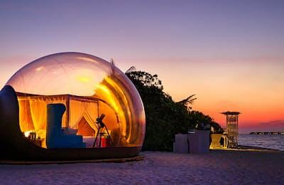 モルディブの素晴らしい自然と一体になれるという「バブルテント」。あまりにも贅沢なその体験とは?(NikkeiLUXEより)