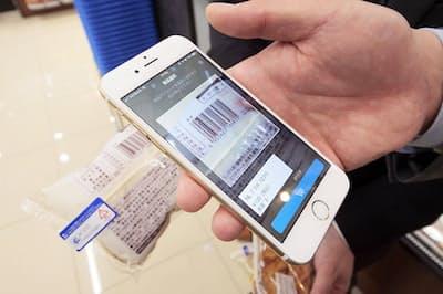 ローソンが全国の1000店舗に拡大予定の「ローソンスマホレジ」。スマホの専用アプリで商品のバーコードをスキャンすることで、店内のどこにいても決済が完了する