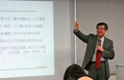 食品安全委員会が市民向けに開いたカフェインに関する勉強会(2018年3月、大阪市)