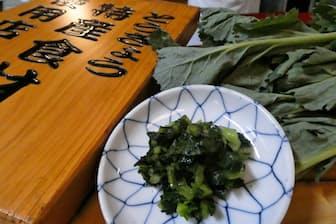 ノラボウ菜の塩漬けはシャキシャキした食感と濃い緑色の見た目が楽しめる(東京都中央区の天ぷら料理店「てん茂」で)