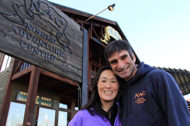 フィンドレー夫妻は二人三脚でアウトドアツアーを扱う企業を立ち上げた(倶知安町の本社前)