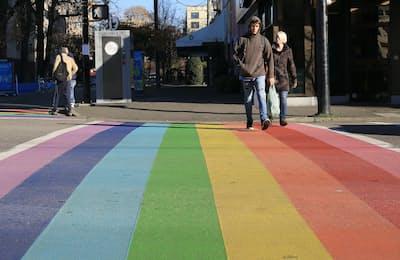 多様性を象徴する「レインボーフラッグ」は、LGBT(性的少数者)の権利と尊厳を訴える旗印。海外では、その虹色を横断歩道にしているところも(カナダ・バンク―バーで)