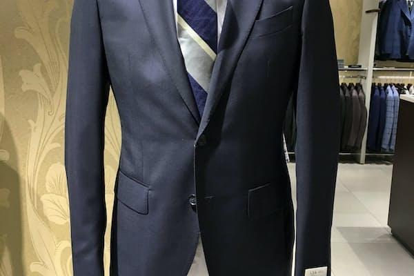 【写真1】L.B.M1911のスーツ。濃紺無地。価格は8万5320円