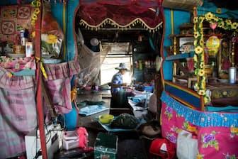 漁網の修理をするイェンさん。カンボジアに暮らすベトナム移民のほとんどは国籍を持っておらず、市民権を証明する必要のない水上に居住区を築いている(PHOTOGRAPH BY ALINA FEDORENKO)