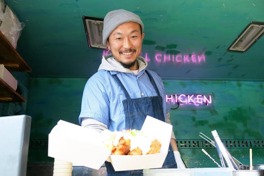 首都圏でよく目にするようになったキッチンカーはビジネスパーソンのランチの救世主 写真はオリジナルの揚げ鶏を看板料理とする人気店「ロケットチキン」