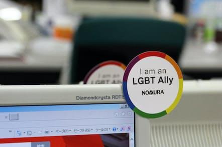 野村ホールディングスはLGBT支援者を示すステッカーを社員に配布している(同社提供)