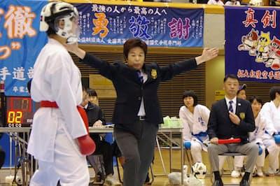 高校生の大会で主審を務める三觜さん(2019年1月、埼玉県上尾市)