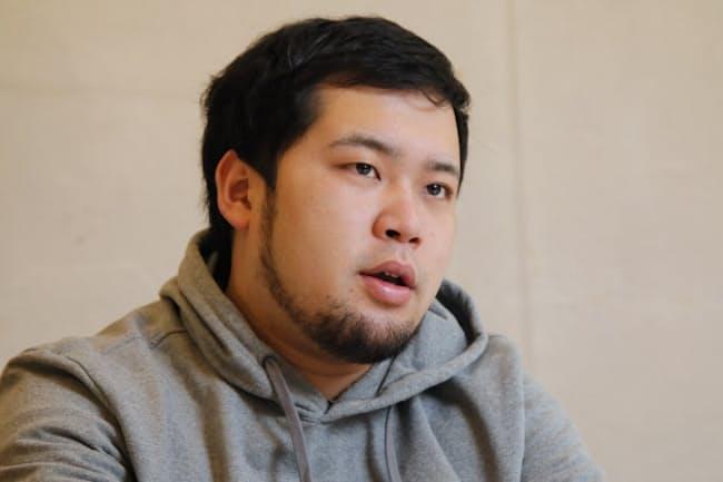 1993年神奈川県出身。慶応義塾大学法学部卒。大学の後輩、高比良くるま氏と魔人無骨を結成。吉本NSC東京校23期生。卒業ライブで同期133組の中で優勝、2018年デビュー。