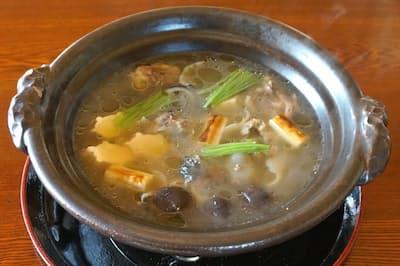 スッポン鍋のスープを口に含むと上品な脂とうまみが広がる(繁松)