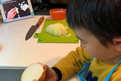 タブレット端末を通じ、レシピを画像で提供するファムクックのサービス。子供もゲーム感覚で挑戦できる
