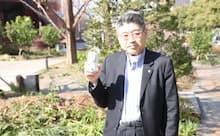 「北海道生搾り」を手にする現在の筆者