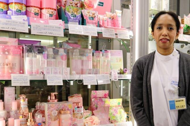 日英仏3カ国語で外国人の来店客にも丁寧に対応する
