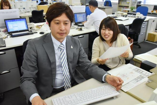 飛高さん(左)の育休取得は後輩の北畑さんのキャリアアップにつながった(東京都江東区)