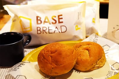 ベースフードの完全栄養パン「BASE BREAD」1食分(2個入り)あたり390円(税込)