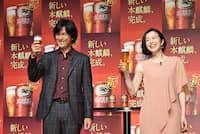 新CM発表会に登場した江口洋介と鈴木京香。18年のCMが好評だったといい、続投が決まった