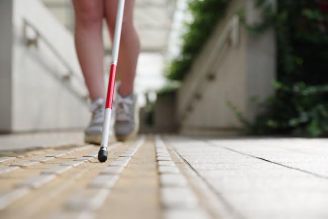 視覚障害者からは「点字ブロックだけでは目的地にたどり着けない」との声も聞かれる(写真はイメージ)=PIXTA