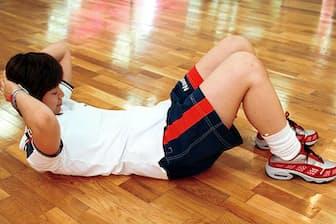 腹筋の基本=ひざを立て、おへそを見るように上体を起こす。