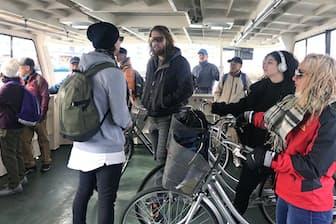 天保山の渡船場からUSJ側へ向かう外国人ら(大阪市)