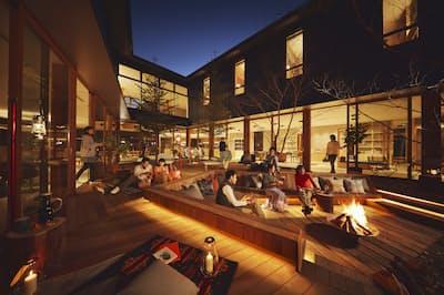 夜になるとたき火がたかれて、高原リゾートの雰囲気を盛り上げる(写真:星野リゾート)