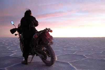 大学卒業後は3年かけて、オーストラリア、北?#24515;?#31859;、ヨーロッパ、西アフリカをバイクで放浪した