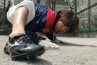 四足走行のギネス記録を持ついとうけんいち氏(3月28日、東京都内)