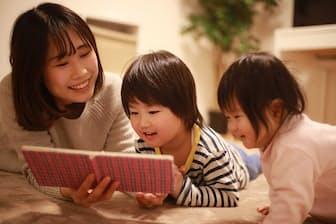 児童書は楽しく読むだけでなく、子どもと一緒に分析してみる(写真はイメージ=PIXTA)