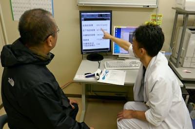 手術を受けた後も定期的に通院し、医師の説明を受ける患者(兵庫医科大学病院)