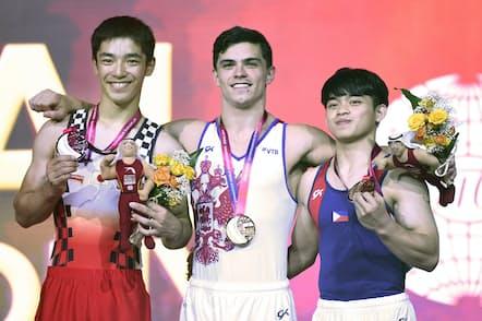 体操世界選手権の種目別床運動で銅メダルを獲得したカルロス・ユーロ選手(右)(2018年11月、ドーハ)=AP
