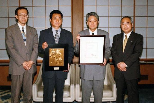 創業から26年で店頭公開にこぎ着けた(右から2人目が神田氏)