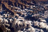 ヒマラヤ山脈に踊る影。国際宇宙ステーションから宇宙飛行士が撮影した(PHOTOGRAPH BY NASA)