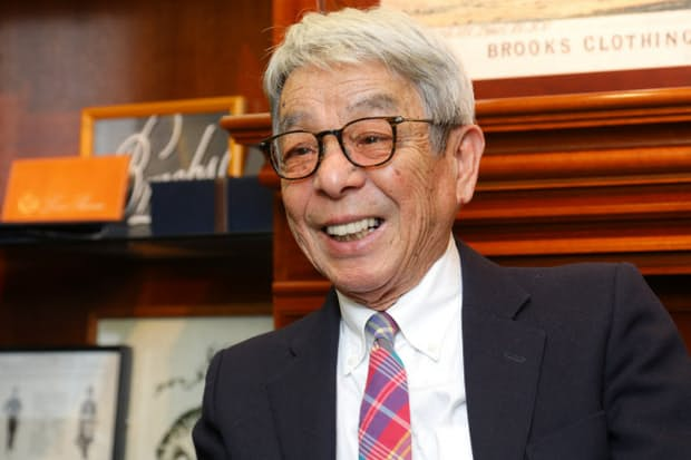 「間違いのないベーシックなものを選べば10年たっても着られる」と話す石津祥介さん