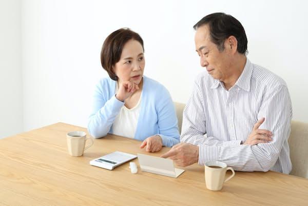 長寿時代の備えには、公的年金額のアップが望ましい。写真はイメージ=PIXTA