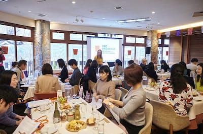 日本酒の飲み比べを楽しみながら、英語で会話する参加者。IIBCが「ホビングリッシュ」をテーマに開催した