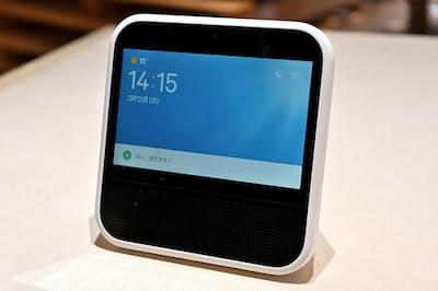 LINEが新投入した「Clova Desk(クローバ デスク)」。7インチ(1024×600ピクセル)の液晶モニターを備え、重さ915グラム。内蔵バッテリーは、音楽の連続再生で約2時間、スタンバイ状態で約3時間10分持つという。カラーはホワイトとブラック。価格は税込み2万7540円