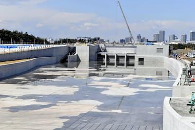 水を張る作業がスタートした、カヌー・スラロームセンター(1日午前、東京都江戸川区)=共同