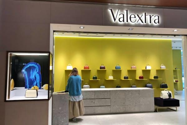 ジェンダーフリーのトレンドが広がり、バッグ売り場でも新しい顧客開拓が進む(東京都港区のヴァレクストラ東京ミッドタウン店)