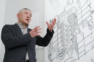 自ら描いたガウディ建築の図面について語る(東京・品川)