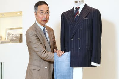 ダブルのジャケットに大胆にもデニムを合わせる引野実さん。「ラインが細身のデニムならシルエットも美しく、さわやかですよ」